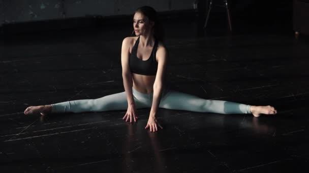 fiatal lány részt jóga. a lány ül a zsineg