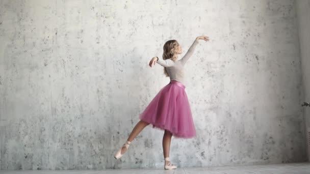 baletka v pointe boty a klasická tutu elegantně vyvolává její nohu.