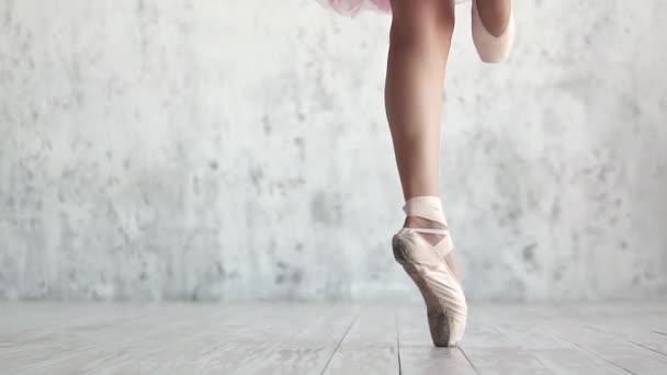 Ballerinas Beine in Spitzenschuhen in Großaufnahme