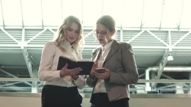 dvě obchodní ženy jsou vyjednávání na setkání