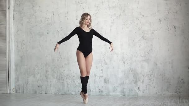 baletka v černou kombinézu a leginy. baletka v pointe boty na tanec na špičkách. Zpomalený pohyb