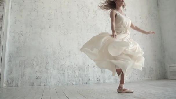 A kecses balerina egy repülő ruha táncok, a pointe cipők lábujjhegyen fény.