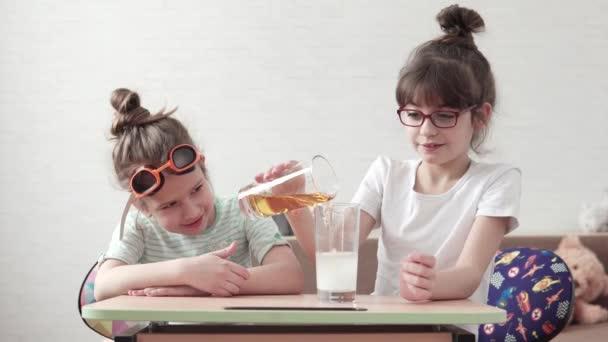 bambini divertenti conducono un esperimento chimico e mescolano i reagenti. i bambini sono sorpreso e felice guardare la reazione chimica