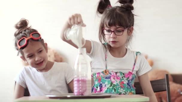 zábavná věda. děti provádět vědecký experiment doma