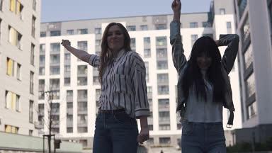 Видео как на улицах снимают у девушек адежду
