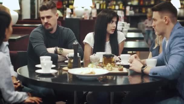 multi-etnická skupina přátel na večeři v kavárně. velké společnosti bavit, smát se a mluvit