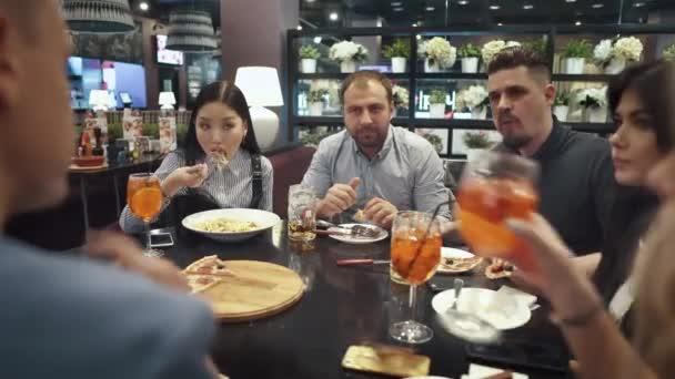 cena con gli amici. una grande azienda di buddys chiacchierando e ridendo