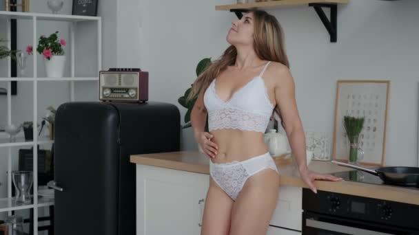 szexi lány fehérnemű tánc a konyhában a kora reggeli