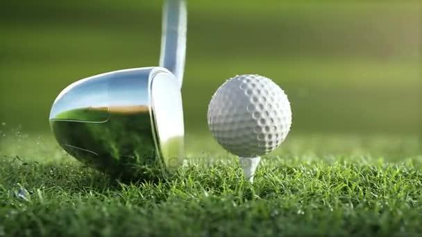 Golf club hits golfový míček v super zpomaleně, Slunečné ráno. viditelná poškození míče, kapky rosy a trávy částic po nárazu vznesla do vzduchu. Ultra-realistické 3d animace