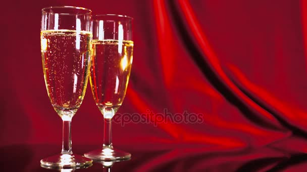 Sklenice šampaňského na červeném sametu - Nusle