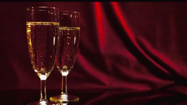 Pohár pezsgő a piros bársony - szép jelenet