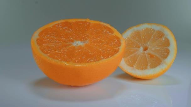 Pomeranč a citron na stůl - čerstvé a zdravé ovoce