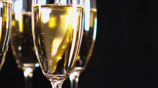 Sklenic šampaňského nebo šumivého vína