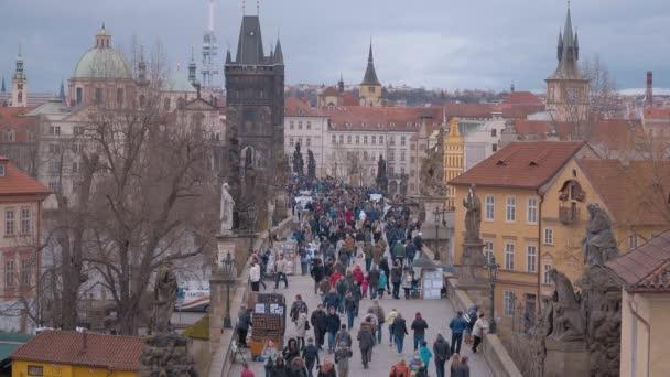 lidé na Karlově mostě v Praze - Praha / Česká republika - 19. března 2017