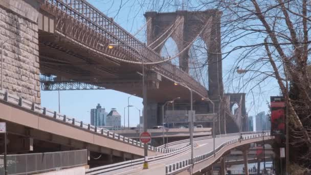 Úžasné Brooklynský most v New Yorku - výhled z Manhattanu