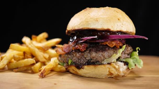 Zblízka grilovaný Bbq Burger se slaninou a hranolkami