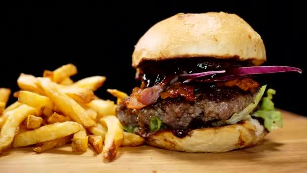 Čerstvý grilovaný Burger s hranolky