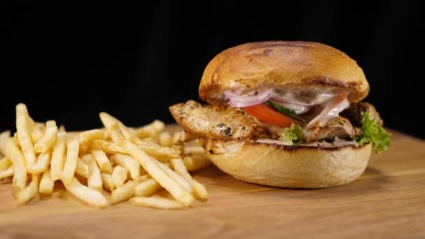 Typická americká rychlé občerstvení - kuřecí Burger s hranolky