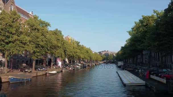 Typická street view v Amsterdamu - populární kanálů v centru města