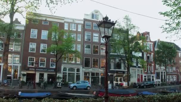 Nádherné budovy v kanály v Amsterdamu - typické zobrazení street view