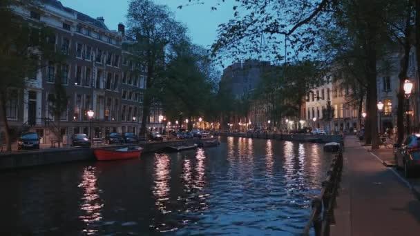 Krásné vodní kanály v městě Amsterdam - večerní pohled