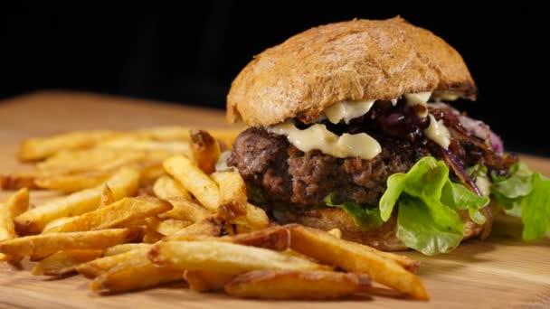 Čerstvý grilovaný Hamburger s hranolky - americký Burger
