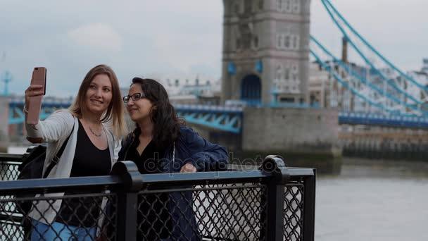 Due giovani donne al Tower Bridge a Londra - soggiorni in città ...