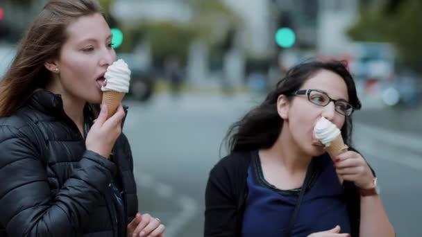 Dvě mladé ženy jíst zmrzlinu - točená zmrzlina