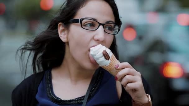Mladá dívka jí zmrzlinu