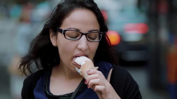 Pojídání zmrzliny v létě