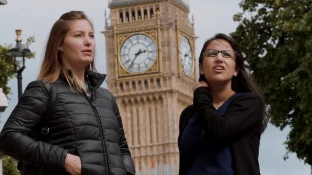 Due amiche in Londra - soggiorni in città — Video Stock © 4kclips ...
