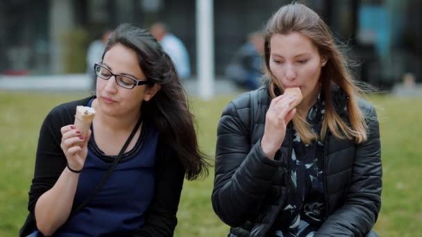 Dvě dívky jíst zmrzlinu za slunečného dne - Zpomalený pohyb