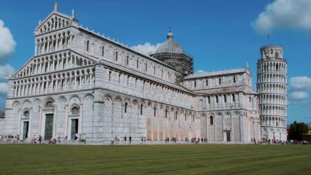 Katedrála v Pise a šikmou věž na náměstí Duomo