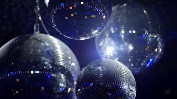 Mirrorballs v klubu - zblízka střílel v pomalém pohybu