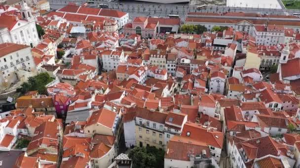 Letecký pohled na historický okres Alfama v Lisabonu - letecké záběry dronů