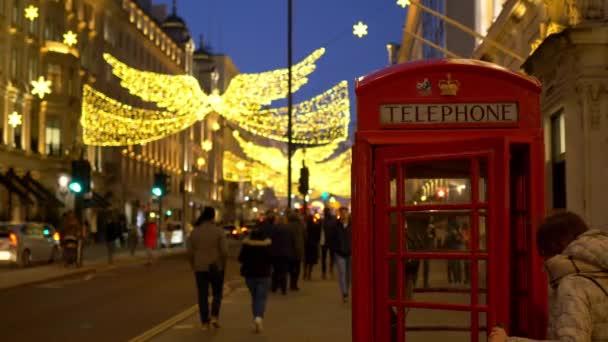 typická telefonní budka v Londýně o Vánocích - Londýn, Anglie - 10. prosince 2019
