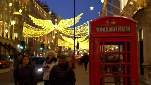 červený telefon Booth v Londýně na Vánoce - Londýn, Anglie - 10. prosince 2019