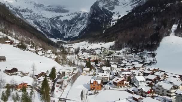 Nádherná zasněžená zimní krajina v Alpách - letecké záběry