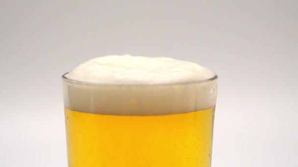 Egy pohár friss sör lassított felvételben.