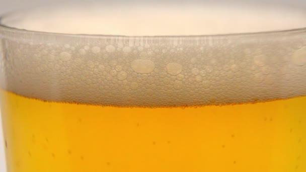 Sklenici čerstvého piva ve zpomaleném filmu