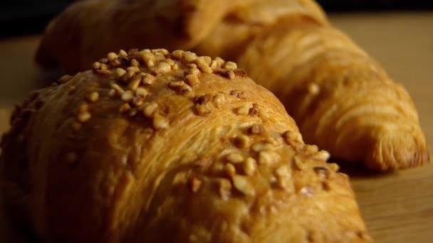 Čerstvě upečené francouzské croissanty - potravinové záběry