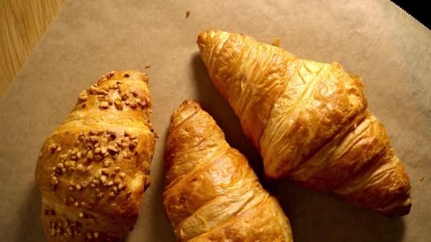 Čerstvě upečené francouzské croissanty - foto potravin