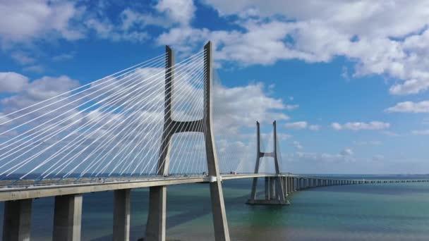 Slavný most Vasco da Gama přes řeku Tejo v Lisabonu shora - Lisabon, Portugalsko - 5. listopadu 2019