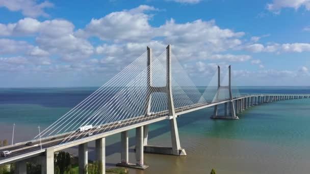 Letecký pohled přes most Vasco Da Gama v Lisabonu - záběry z leteckých dronů