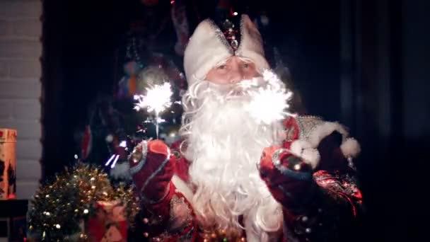 In der Dämmerung der Nacht Wellenlinien Santa Claus fröhlich Bengal-Lichter