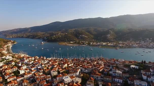 Krajina řecký ostrov Poros uprostřed Středozemního moře, s výhledem na ptačí perspektivy, letecké video fotografování, mnozí ukotveny na molo, plachetní jachty, katamarány, průlivu mezi ostrovy,