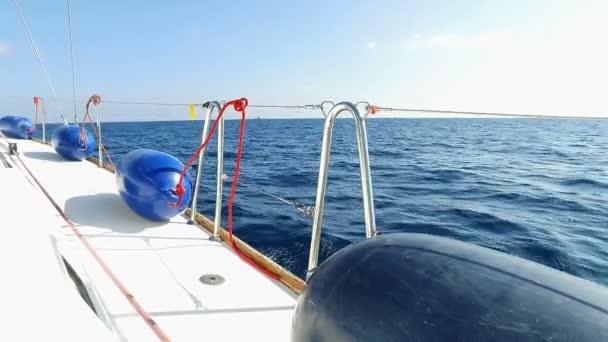 Modré blatníky leží na palubě jachty plachetnice, jachty plachty, modré moře, modrá obloha, jasného letního dne ve Středozemním moři