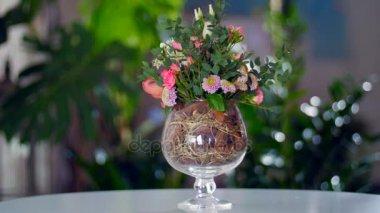 virág kompozíció, a háttérben a növényzet