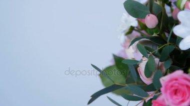 Közelkép, virág, csokor, forgatás, fehér háttér, virág kompozíció áll Hortenzia, krizantém bacardi, Rose lydia, Rose pion-alakú, eukaliptusz