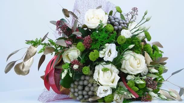 Květinová kompozice se skládá z eukalyptu, Zlatobýl, růže Avalanche, Santini, Eustoma, Brunia zelený, Barbatus. Kytice, rotace na bílém pozadí